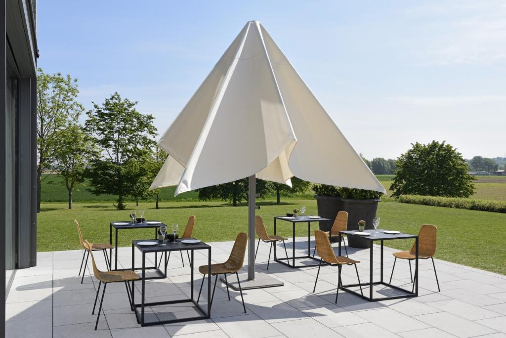 grand parasol à ouverture facile au-dessus des tables